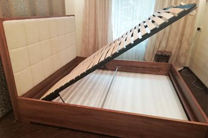 Кровать из дерева с мягким изголовьем
