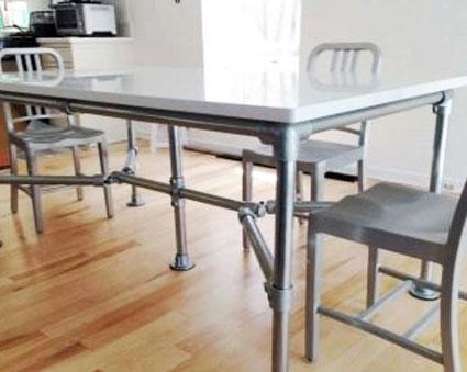 Стол на кухню с металлическими ножками
