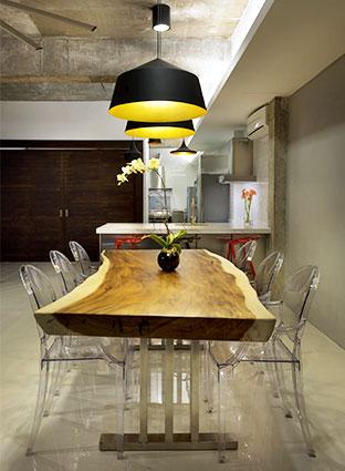 Стол деревянный в кафе