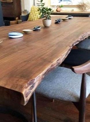 Стол из дерева для обеда