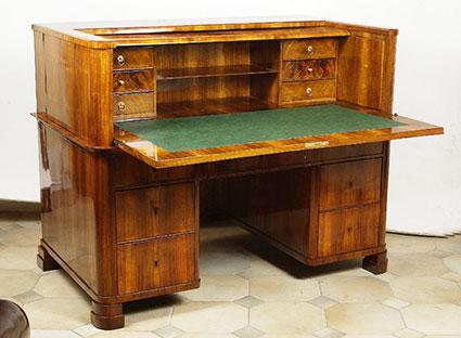 Стол деревянный в виде комода